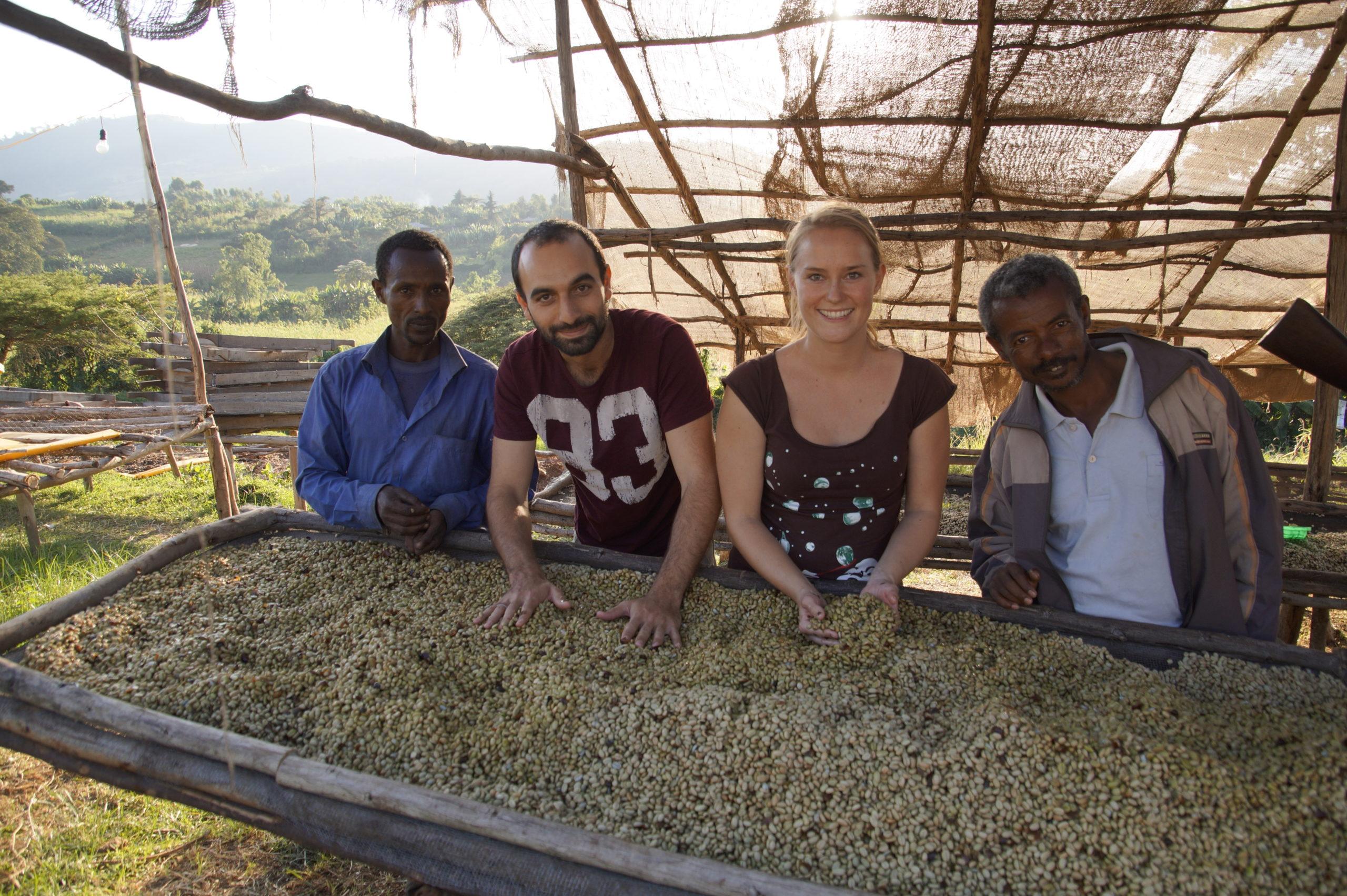 Marie et Michael avec les producteurs de cafe pres des tables de sechage scaled - Startups rund um den Bodensee